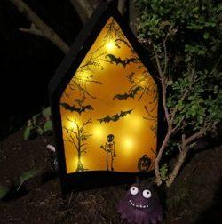 Bastelidee für Halloween – Beleuchtetes Haus mit Mini-Monster